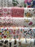 庆祝与15品种五颜六色的汇集礼品包装材料纸的节礼日从顶向下 库存照片