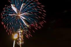 庆祝五颜六色的烟花 新年假日致敬 7月第4, 免版税库存照片