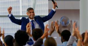 庆祝他的在企业研讨会4k的商人成功 股票录像