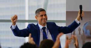 庆祝他的在企业研讨会4k的商人成功 股票视频
