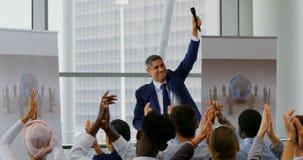 庆祝他的在企业研讨会4k的商人成功 影视素材