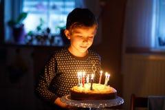 庆祝他的生日的可爱的愉快的白肤金发的小孩男孩 免版税库存照片
