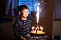 庆祝他的生日的可爱的愉快的白肤金发的小孩男孩 免版税库存图片