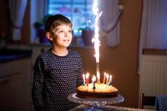 庆祝他的生日的可爱的愉快的白肤金发的小孩男孩 库存图片
