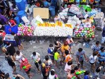 庆祝传统Songkran新年节日的人人群  库存图片