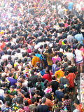 庆祝传统Songkran新年节日的人人群  免版税库存图片