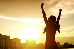 庆祝体育成功的妇女 免版税库存照片