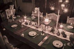 庆祝假日晚餐的万圣夜最基本的家庭 库存照片