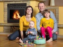 庆祝儿子的生日的家庭 免版税库存照片
