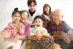 庆祝儿童的生日的家庭 库存图片