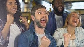 庆祝全国体育队胜利,在酒吧的观看的比赛的愉快的朋友 股票录像