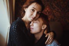 庆祝华伦泰` s天的一对爱恋的夫妇在餐馆 免版税库存图片
