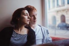 庆祝华伦泰` s天的一对爱恋的夫妇在餐馆 库存图片