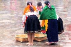 庆祝印锑秘鲁货币单位Raymi,太阳的印加人节日的未认出的土产妇女在Ingapirca,厄瓜多尔 免版税库存图片