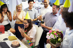 庆祝同事的生日在办公室 免版税库存图片