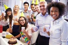 庆祝同事的生日在办公室 免版税图库摄影