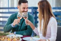 庆祝周年或生日的愉快的千福年的夫妇在餐馆 库存照片