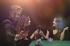 庆祝啤牌的一场成功的比赛愉快的人 库存图片