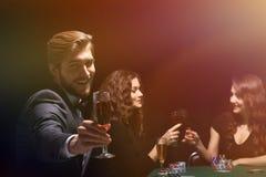 庆祝啤牌的一场成功的比赛愉快的人 免版税库存图片