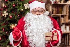 庆祝喜爱的假日的快乐的老圣诞老人 库存图片