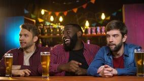 庆祝喜爱的队胜利的美国黑人的男性,白种人朋友弄翻了 影视素材