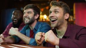 庆祝喜爱的队计分的目标,观看的比赛的多种族爱好者在客栈 股票录像