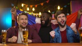 庆祝国家队胜利挥动的旗子,比赛的法国多种族人 股票视频