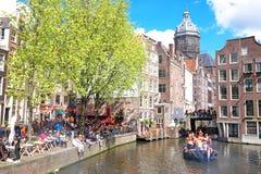 庆祝国王天的荷兰当地人在荷兰 免版税库存照片