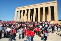 庆祝土尔其共和国的基础的人们 库存照片