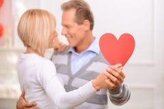 庆祝圣情人节的愉快的夫妇 免版税库存图片