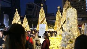 庆祝圣诞节和新年节日的泰国人和游人 影视素材