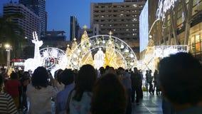 庆祝圣诞节和新年节日的泰国人和游人 商城 股票录像