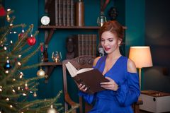 庆祝圣诞节妇女 免版税库存图片