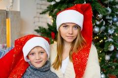 庆祝圣诞节姐妹的兄弟 免版税图库摄影