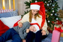 庆祝圣诞节姐妹的兄弟 免版税库存照片