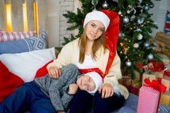 庆祝圣诞节姐妹的兄弟 免版税库存图片