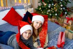 庆祝圣诞节姐妹的兄弟 库存照片