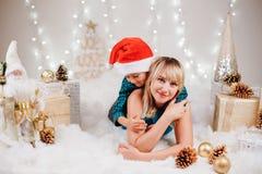 庆祝圣诞节或新年假日的家庭母亲和儿子 免版税库存图片