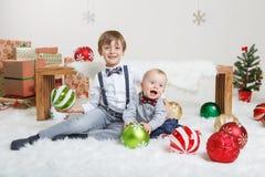 庆祝圣诞节或新年的白种人儿童兄弟 免版税库存照片