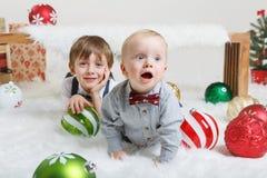 庆祝圣诞节或新年的白种人儿童兄弟 免版税图库摄影