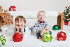 庆祝圣诞节或新年的白种人儿童兄弟 免版税库存图片