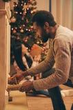 庆祝圣诞节的不同种族的夫妇 免版税库存图片