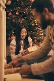 庆祝圣诞节的不同种族的夫妇 库存照片