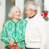 庆祝圣诞节的两个前辈 库存照片