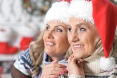庆祝圣诞节的两名妇女 图库摄影