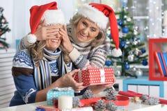 庆祝圣诞节的两名妇女 免版税库存图片