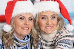 庆祝圣诞节的两名妇女 库存照片
