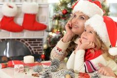 庆祝圣诞节的妇女和儿童女孩 库存照片