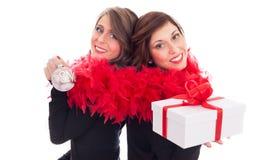 庆祝圣诞节的姐妹 免版税图库摄影