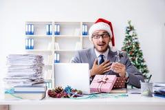 庆祝圣诞节的年轻商人在办公室 免版税库存图片